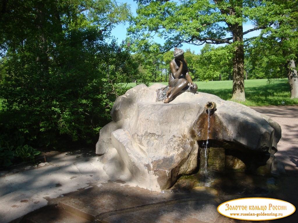 Девушка с кувшином в екатерининском парке